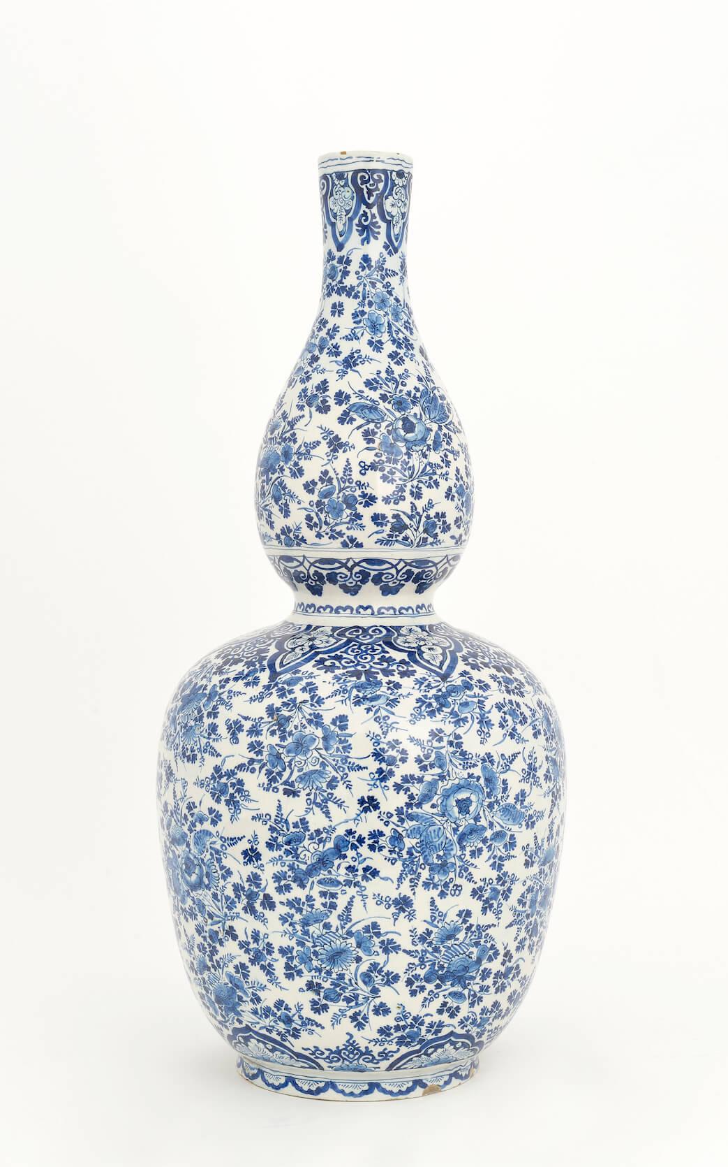 Antique gourd shaped vase bij Lambertus van Eenhoorn, de metale pot at Aronson Antiquairs