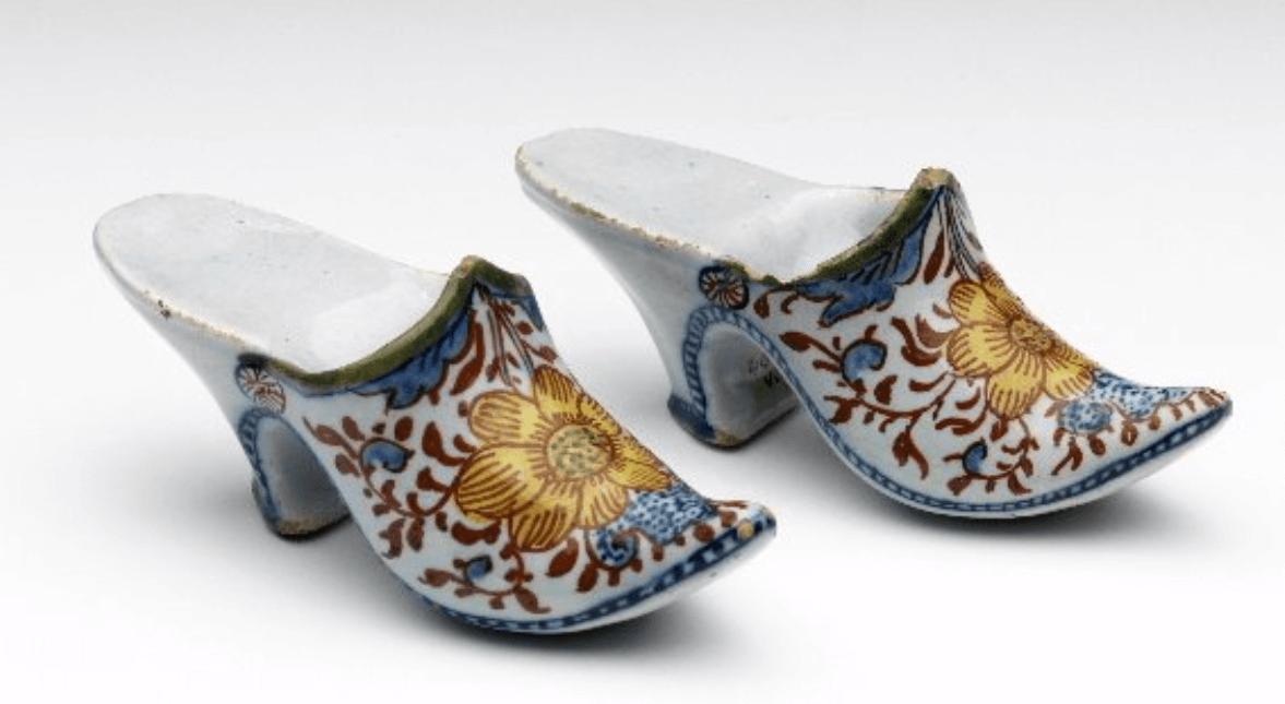 Polychroom muiltjes Delfts aardewerk